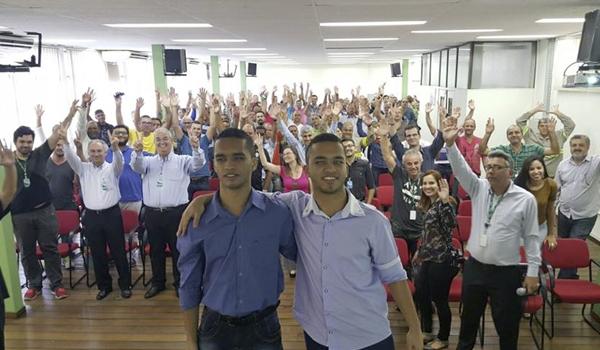 Foto com Romário e Ricardo no auditório da CEMIG com todos os participantes da Palestra realizada.