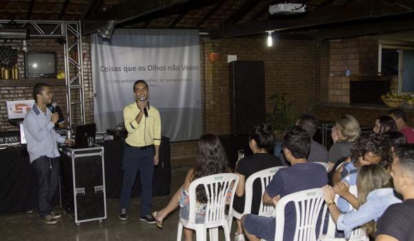 Foto de Romário e Ricardo palestrando para os colaboradores da empresa ÉPOCA COMERCIO E DISTRIBUIÇÃO.
