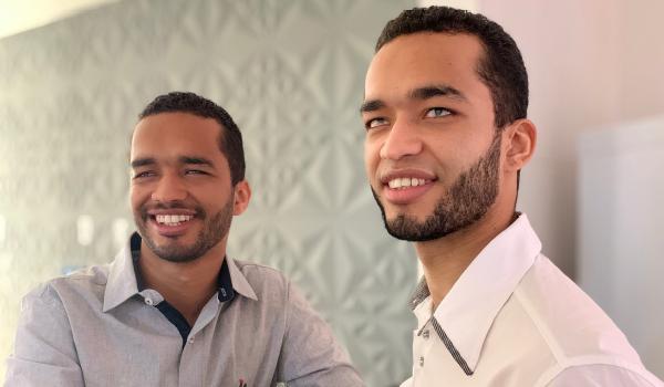 Foto dos Irmãos FOT, Ricardo e Romário sorrindo!