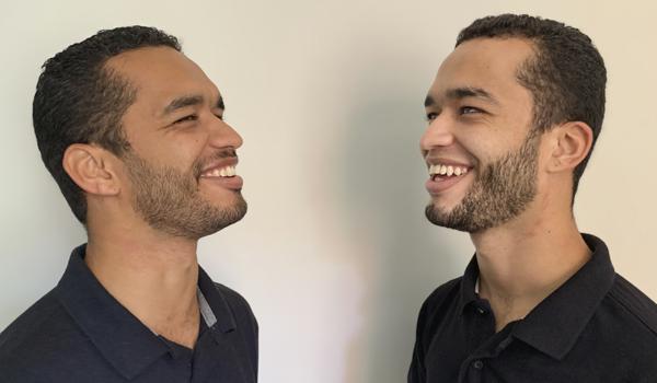 Foto dos Irmãos FOT, Ricardo e Romário rindo.