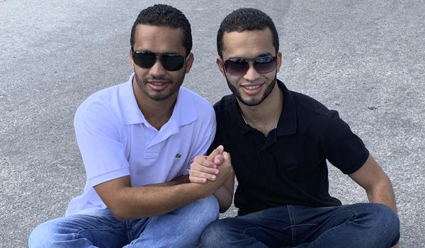 Foto dos Irmãos FOT, Ricardo e Romário apertando as mãos!